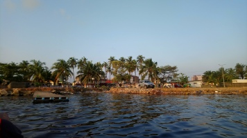 Le faux quai, côté lagune (pas très propre j'avoue !)